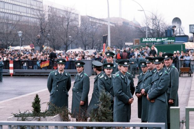 Volkspolizei_at_the_official_opening_of_the_Brandenburg_Gate
