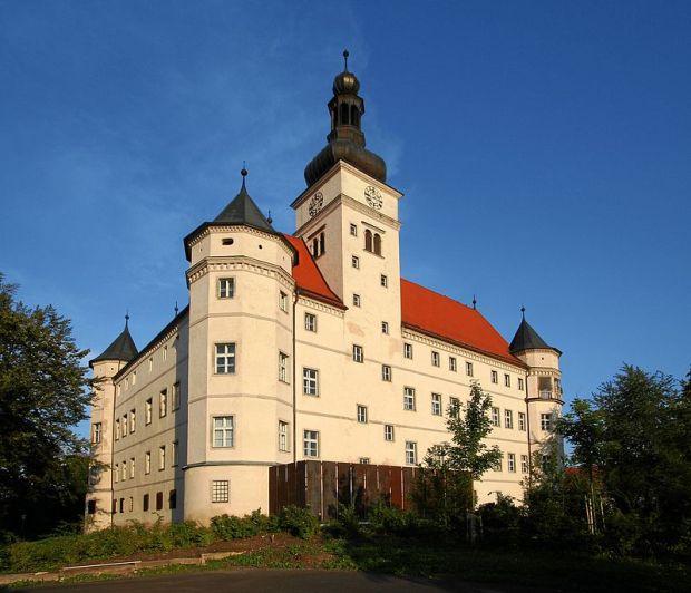 800px-Alkoven_Schloss_Hartheim_2005-08-18_3589