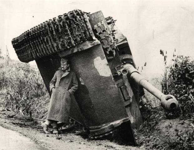 historical-photos-pt9-brit-soldier-hiding-from-rain-under-tiger