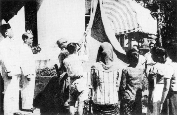 Indonesian_flag_raised_17_August_1945