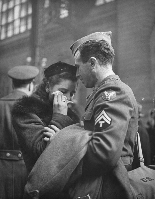 soldier-consoles-his-girlfriend