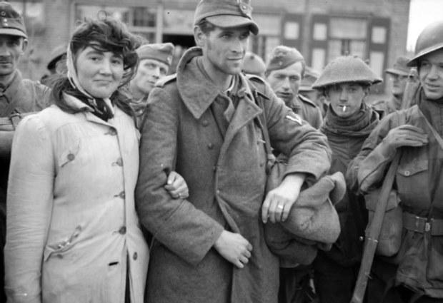 dutch_woman_and_german_sodier_1944