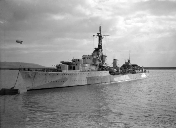HMS_Tartar_at_a_buoy