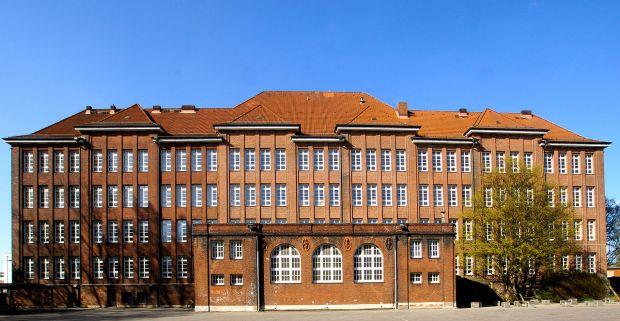 1280px-Escola_Bullenhuser_Damm